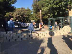 Έχτισε με τσιμεντόλιθους την είσοδο στο Δρομοκαΐτειο η ΠΟΕΔΗΝ [pics, vids]