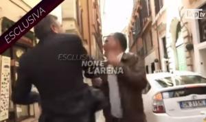 Σάλος στην Ιταλία! Πρώην υπουργός χαστουκίζει δημοσιογράφο on camera! [vid]