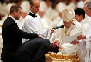 """Συγκίνηση στο Βατικανό! Ο Πάπας βάπτισε τον """"ήρωα μετανάστη""""! [vid, pics]"""