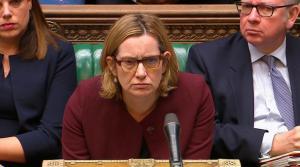 Τριγμοί στη Βρετανία – Παραιτήθηκε η υπουργός Εσωτερικών Άμπερ Ραντ – Πλήγμα για τη Μέι