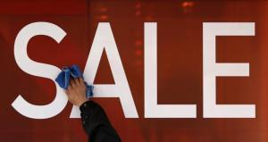 Ενδιάμεσες εκπτώσεις: Πότε είναι και ποια Κυριακή θα είναι ανοιχτά τα μαγαζιά