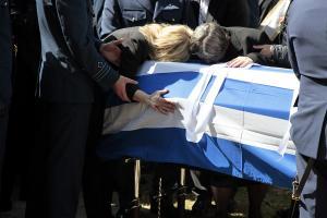 Γιώργος Μπαλταδώρος: Τελευταίο αντίο στον ήρωα Σμηναγό – Κατέρρευσε η σύζυγός του
