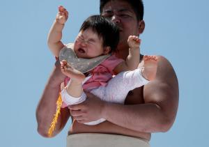 Ο ορισμός του… σουρεάλ! Παλαιστές σούμο κρατούν μωρά σε διαγωνισμό… κλάματος! [vid, pics]