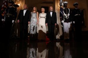 Μελάνια εσύ, σούπερ σταρ! «Μέσα» στο… δείπνο των Τραμπ για τους Μακρόν [pics, vids]