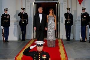 Την κατάφερε! Δεν άφησε το χέρι της Μελάνια ο Τραμπ… [pics, vids]