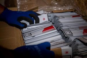 Απόστρατος της τροχαίας εγκέφαλος της συμμορίας λαθραίων τσιγάρων – Είχαν δικό τους «εργοστάσιο» [pics, vid]