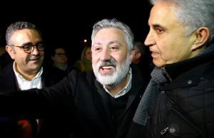 Ελεύθερος μετά από 500 μέρες ο επικεφαλής της Cumhuriyet! Καταδικάστηκαν δημοσιογράφοι – Οργή λαού!