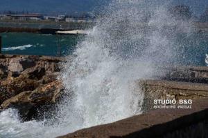 Όταν τα κύματα «σκέπασαν» το Ναύπλιο [vid]