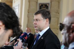 Βάλντις Ντομπρόβσκις: Διαβάζει τα στοιχεία της Eurostat και… πανηγυρίζει για την Ελλάδα