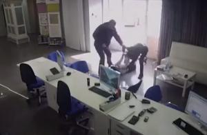 Σοκαριστικό βίντεο – Προσπάθησε να την βιάσει ενώ δούλευε – Μετάνιωσε την ώρα και τη στιγμή