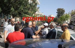 """Εύβοια: """"Στόλισαν"""" βουλευτή του ΣΥΡΙΖΑ για τα μνημόνια – Η στιγμή της φραστικής επίθεσης στον Γιώργο Ακριώτη [vid]"""