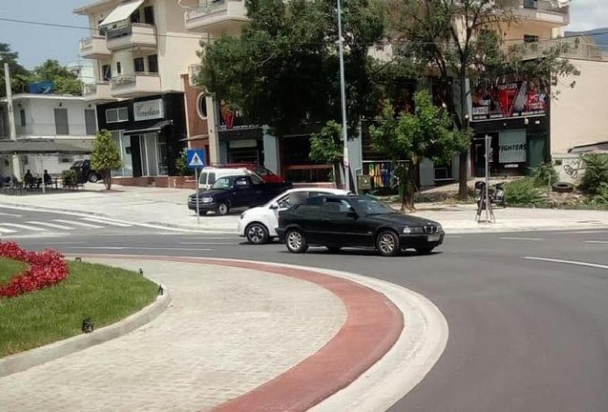 Βόλος: Οδηγούσε ανάποδα στον κόμβο – Το επίμαχο στιγμιότυπο με την οδηγό που πήρε τη λάθος απόφαση!