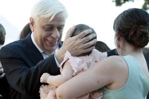 Παυλόπουλος: Συγκινημένος και περήφανος παππούς – «Έλιωσε» με τις εγγονές [pics, vid]