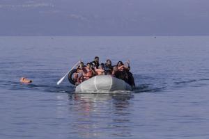 Βάρκα με μετανάστες εντοπίστηκε από μια τράτα στην Αλεξανδρούπολη