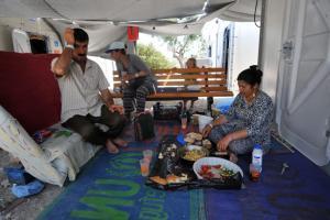 «Καζάνι» που βράζει πάλι η Λέσβος! Εκατοντάδες Κούρδοι αρνούνται να στεγαστούν με Άραβες