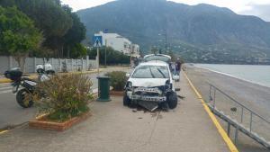 Καλαμάτα: Τροχαίο στην παραλία – Αυτοκίνητο «γκρέμισε» κολώνα φωτισμού που υπήρχε στο σημείο [pics]