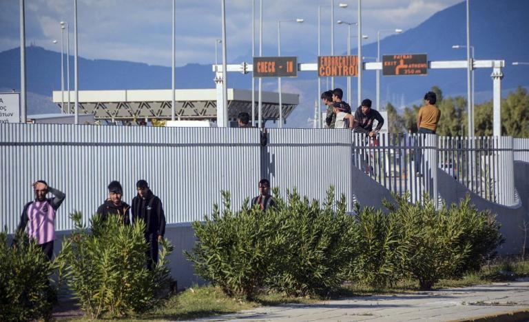Πάτρα: Μετανάστης καρφώθηκε στα συρματοπλέγματα του λιμανιού [pics] | Newsit.gr
