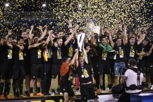 «Αποθέωση»! Η ΑΕΚ στα… ουράνια – Ο Μάνταλος σήκωσε την κούπα του πρωταθλητή