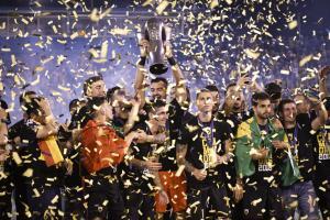 ΑΕΚ: Η κούπα του πρωταθλητή στα χέρια του Μελισσανίδη! [vid]