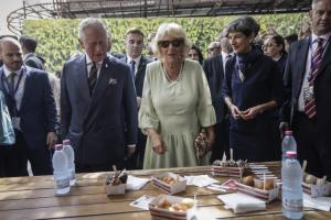 Κρήτη: Αυτή είναι η μαντινάδα στα αγγλικά για τον Κάρολο και την Καμίλα – Τα περίεργα της επίσκεψης [pics, vid]