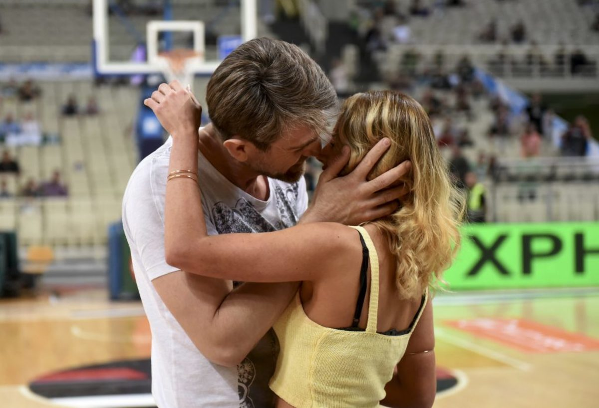 Panathinaikos – AEK: She accepted marriage proposals and