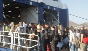 Πάρος: Λαοθάλασσα εκδρομέων στο λιμάνι – Ασφυκτικά γεμάτα τα πλοία με προορισμό τον Πειραιά [pics, vid]
