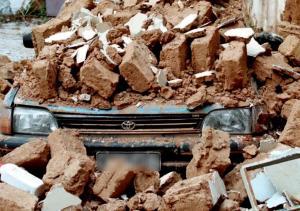Δράμα: Αυτοκίνητο μπήκε μέσα σε σπίτι μετά από φοβερό τροχαίο – Νεκρός ο οδηγός του!