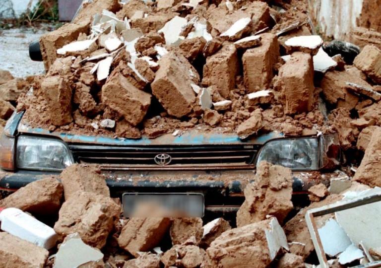 Δράμα: Αυτοκίνητο μπήκε μέσα σε σπίτι μετά από φοβερό τροχαίο – Νεκρός ο οδηγός του! | Newsit.gr