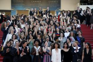 Κάννες: Συμβολική κατάληψη στο κόκκινο χαλί από 82 πρωταγωνίστριες που διεκδικούν τη «μισθολογική ισότητα»