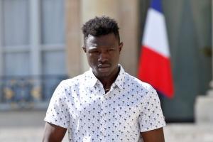 Γαλλία: Πήρε άδεια παραμονής ο ήρωας μετανάστης – Το «ευχαριστώ» της οικογένειας του αγοριού [vid]