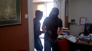Βίντεο – σοκ! Αίματα και συντρίμμια  – Τραυματίστηκε μέλος του Ρουβίκωνα σπάζοντας το γραφείο της συμβολαιογράφου