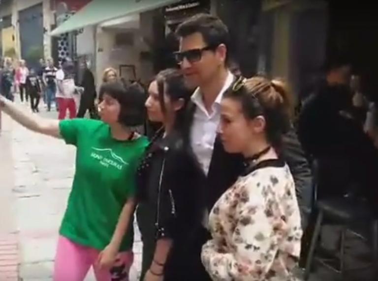 Έκπληκτοι είδαν τον Σάκη Ρουβά να κάνει βόλτα στην Κοζάνη [vid] | Newsit.gr