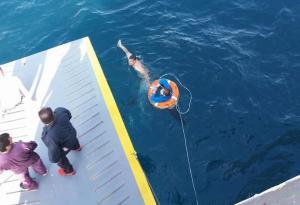 Γυναίκα στη θάλασσα! Καρέ καρέ η διάσωση της από το «Άγιος Νεκτάριος Αίγινας» [pics]