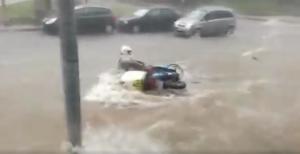 Θεσσαλονίκη: Διανομέας παρασύρθηκε από τα ορμητικά νερά – Βίντεο ντοκουμέντο