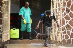 Ασθενείς με Έμπολα το έσκασαν για να… προσευχηθούν! Κίνδυνος να εξάπλώθηκε ο ιος