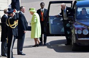 Βασίλισσα Ελισάβετ: Φωτεινή και γελαστή στον πριγκιπικό γάμο! Με παλτό στο χρώμα του lime [pics]