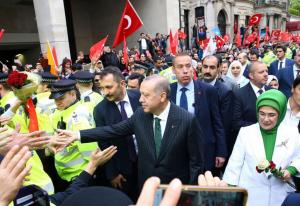 """Σόου Ερντογάν και στο Λονδίνο – Έστησαν αποθεωτική υποδοχή με ουρλιαχτά και selfies – """"Ξέχασαν"""" το tamam"""
