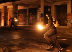 Αντιεξουσιαστές έκαψαν την ελληνική σημαία στα Εξάρχεια