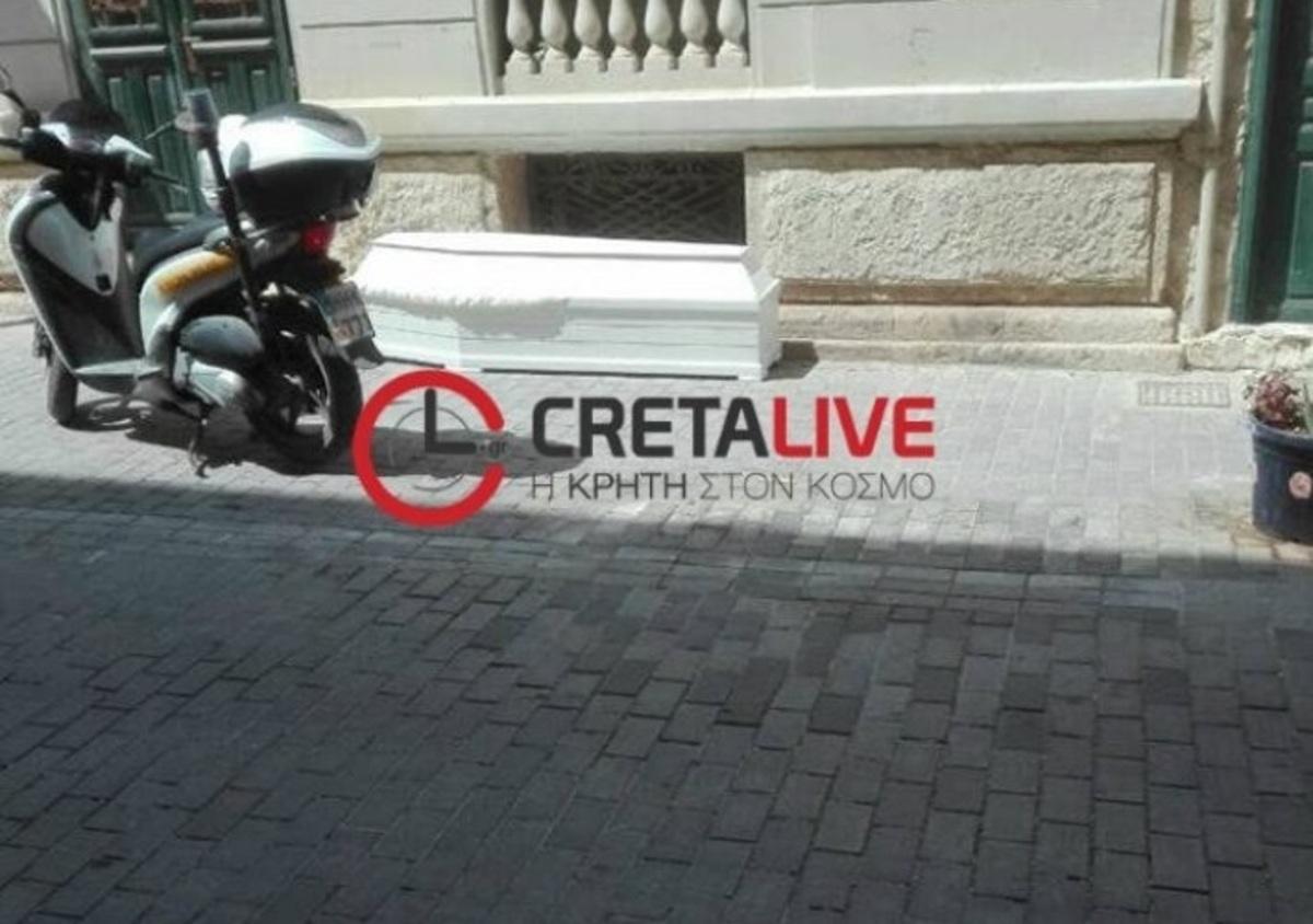 Παράτησαν άδειο φέρετρο σε κεντρικό δρόμο της Κρήτης! [pic]