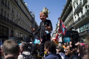 Γαλλία: Δεκάδες χιλιάδες διαδηλωτές χαλάνε το… πάρτι για τον ένα χρόνο του Μακρόν [pics, vid]