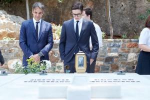 Όταν ο Κυριάκος Μητσοτάκης άφησε ένα λουλούδι στον τάφο του πατέρα του [pic]