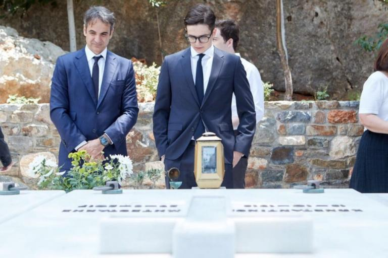 Όταν ο Κυριάκος Μητσοτάκης άφησε ένα λουλούδι στον τάφο του πατέρα του [pic] | Newsit.gr