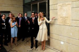 Ιερουσαλήμ: Η Ιβάνκα Τραμπ έκανε τα αποκαλυπτήρια με… σαρδάμ! [vid]