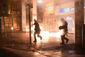 «Καίγεται» η Κάνιγγος – Επεισόδια μεταξύ οπαδών και αστυνομίας – Χημικά, κρότου λάμψης και μολότοφ [vid]