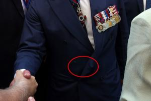 Σκισμένος πρίγκιψ Κάρολος! Το κουμπί που… έχασε και η σκισμένη τσέπη [pics]