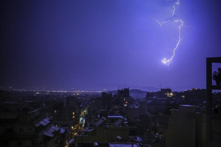Σφοδρή καταιγίδα σαρώνει την Αττική – Προβλήματα στους δρόμους | Newsit.gr