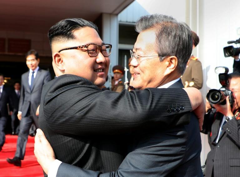 Ο Τραμπ τους έφερε... κοντά! Συναντήθηκαν εκτάκτως και υπό άκρα μυστικότητα Κιμ Γιονγκ Ουν και Μουν τζε-ιν στα σύνορα!
