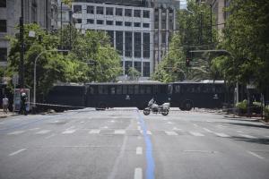 Ένα μεσημέρι Κυριακής στην Αθήνα: Γκλίτσες, κλούβες, ελληνικές σημαίες, παπάδες και… καλόγριες