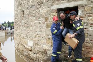Θεσσαλονίκη: Πλημμύρισε ο Λευκός Πύργος – Εγκλωβίστηκαν τουρίστες και παιδιά [vids]