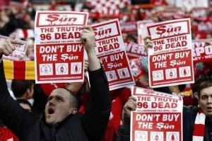 «Πόλεμος» των οπαδών της Λίβερπουλ στη Sun! Πέταξαν εφημερίδες στα σκουπίδια [vid]